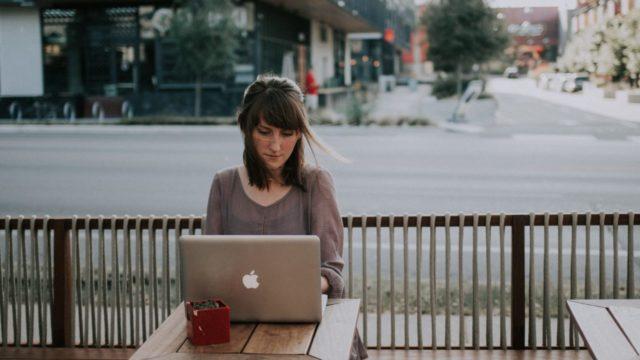 職場での人見知りの改善方法